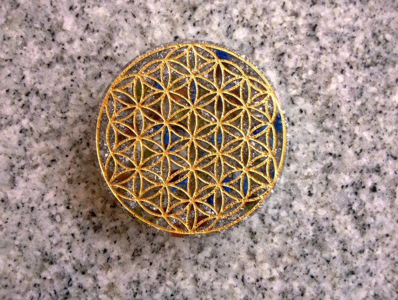 <B>ORGONITE - FLEUR DE VIE</B><BR>ORGONITE FLOWER OF LIFE<br>Cristal de roche + Quartz Rose + Pierres + spire SBB